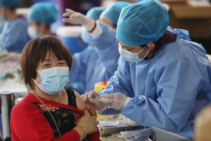 Ministro das Relações Exteriores da China realizará reunião internacional sobre vacinas contra COVID-19